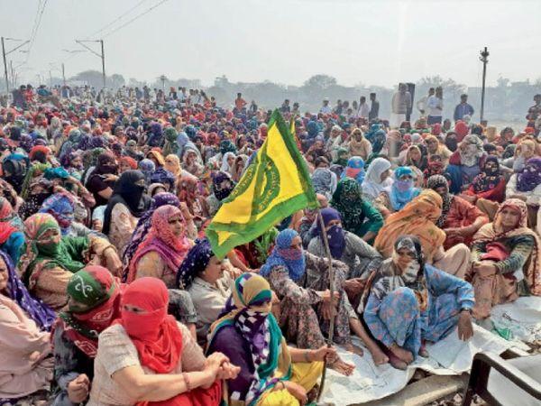 जींद के बरसोला रेलवे स्टेशन के पास ट्रैक पर महिलाओं ने मोर्चा संभाला। - Dainik Bhaskar