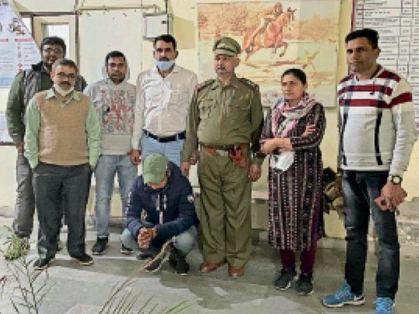 गिरफ्तार दलाल स्वास्थ्य विभाग की टीम के साथ। - Dainik Bhaskar