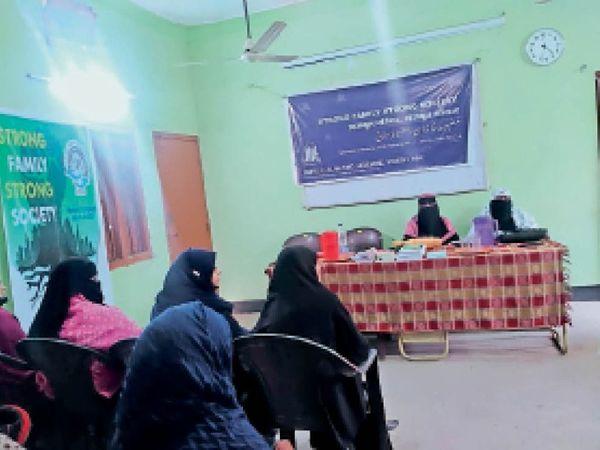 कार्यक्रम में उपस्थित महिलाएं। - Dainik Bhaskar