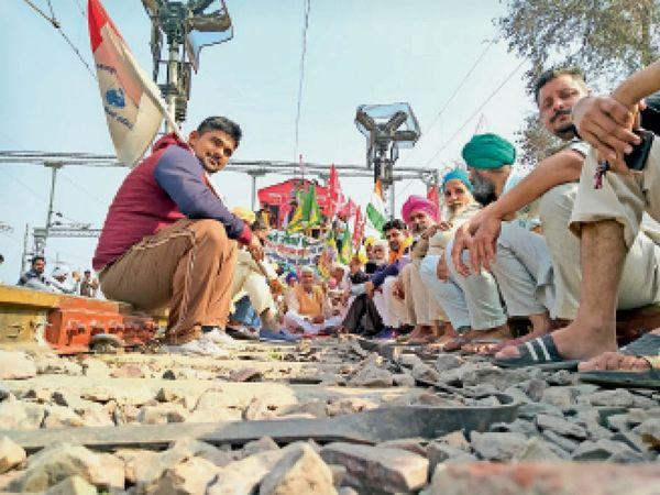 जाखल में मालगाड़ी के आगे रेलवे ट्रैक पर बैठकर धरना देते किसान - Dainik Bhaskar