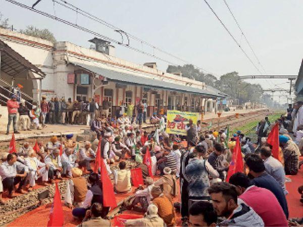 यमुनानगर| रेल रोकने के लिए ट्रैक पर बैठे किसान। - Dainik Bhaskar