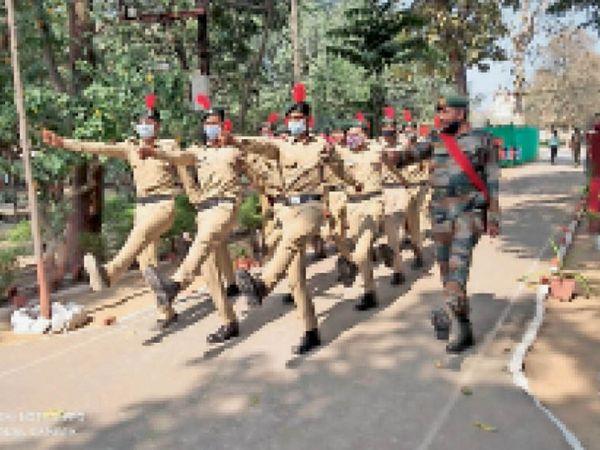 एनसीसी शिविर में कैडेट्स परेड करते हुए । - Dainik Bhaskar