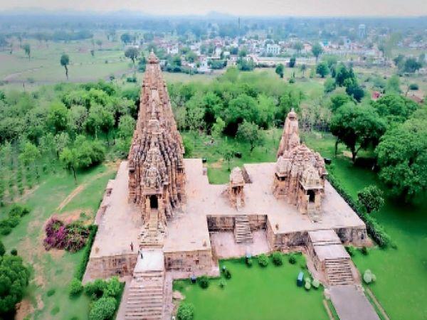 पश्चिम मंदिर समूह से कंदारिया मंदिर और मां जगदंबा मंदिर। इन दाेनाें मंदिर के बीच मुक्ताकाशी मंच पर आयाेजित हाेगा नृत्याेत्सव। - Dainik Bhaskar