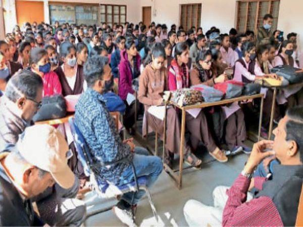 महाराजा कॉलेज में आयोजित व्याख्यानमाला में मौजूद छात्राएं। - Dainik Bhaskar