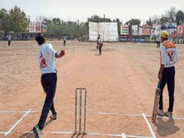 क्वार्टर फाइनल के दौरान क्रिकेट खेलते खिलाड़ी। - Dainik Bhaskar