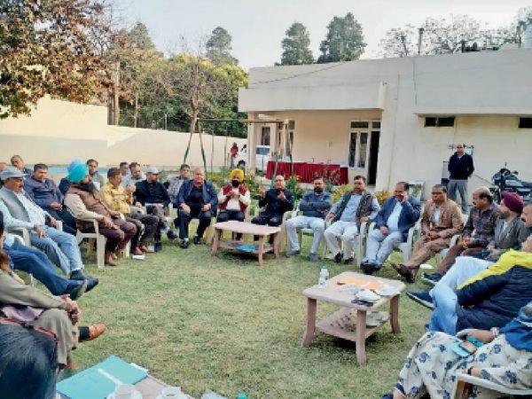 मेयर हाउस में हुई मीटिंग में मौजूद मेयर जगदीश राज राजा, और अन्य कांग्रेसी पार्षद। भास्कर - Dainik Bhaskar