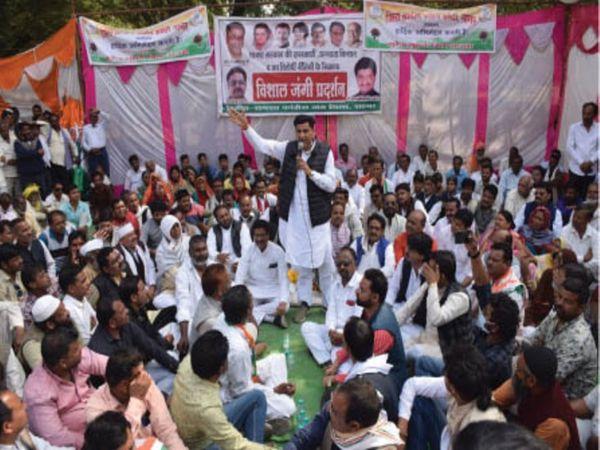 कांग्रेस ने मकरोनिया चौराहे पर धरना प्रदर्शन किया। - Dainik Bhaskar