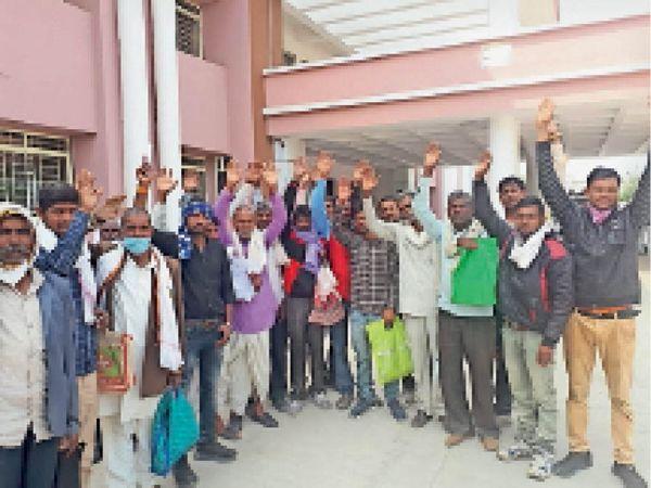 खाद्यान्न न मिलने के विरोध में कलेक्टोरेट पर प्रदर्शन करते पचोखरा के लोग। - Dainik Bhaskar