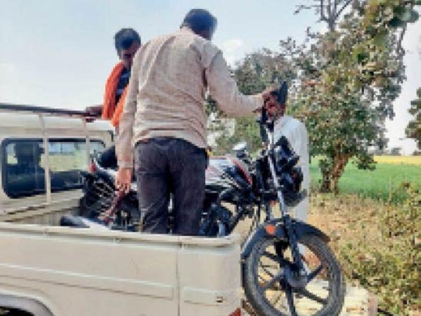 बिजली बिल जमा नहीं करने पर कुर्की की कार्रवाई कर उपभोक्ता की बाइक जब्त की। - Dainik Bhaskar