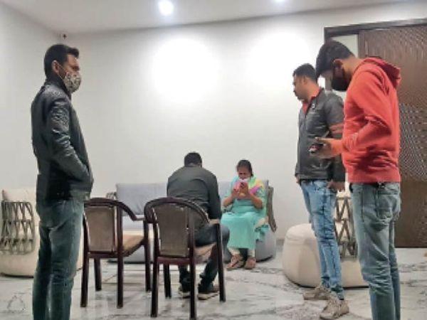 देर रात पुलिस सुरेंद्र संघवी के घर पहुंची। मद्दा, रमेश जैन, नसीम हैदर, रामसेवक की तलाश में कई जगह छापे मारे। - Dainik Bhaskar