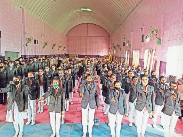 छात्राओं को यातायात के नियमाें के प्रति जागरूक किया। - Dainik Bhaskar