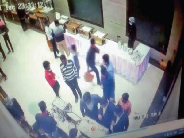सीसीटीवी फुटेज में कैद हुई पूरी घटना - Dainik Bhaskar