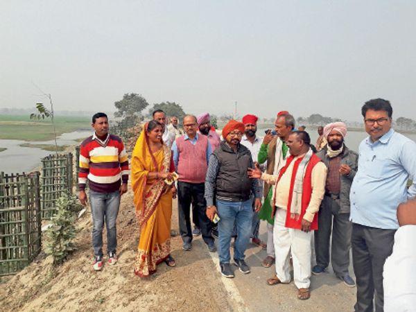 स्लूइस गेट निर्माण को लेकर बांध का निरीक्षण करने पहुंचे एसडीओ व अन्य। - Dainik Bhaskar