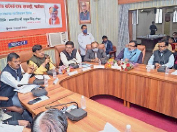 चेंबर सभागार में विद्युत समस्या निवारण शिविर में मौजूद ऊर्जा मंत्री। - Dainik Bhaskar