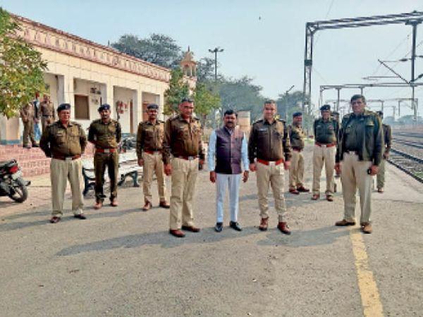 झाड़ली रेलवे स्टेशन पर मौजूद पुलिस और ड्यूटी मजिस्ट्रेट। - Dainik Bhaskar