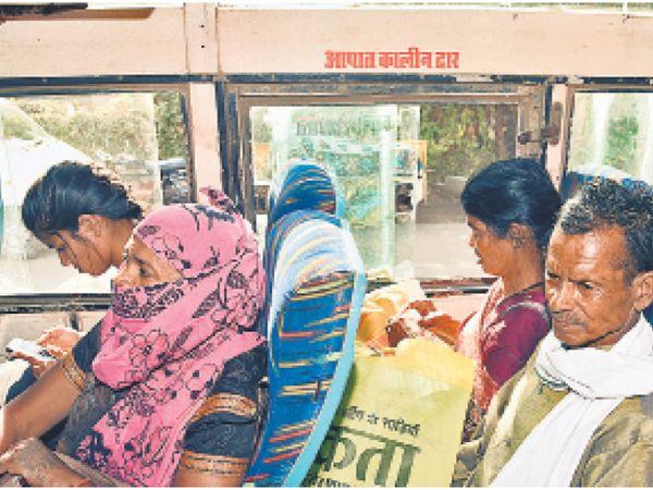 इमरजेंसी विंडो में बना दी सीट तो कहीं रखा मिला वर्जित सामान - Dainik Bhaskar