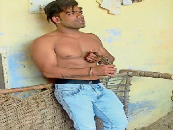 सीने पर कट्टा ताने खड़ा युवक। इनसैट में अवैध देशी कट्टा। - Dainik Bhaskar