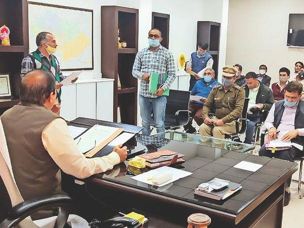 संपत्तिकर को लेकर विभिन्न विभागों के अधिकारियों से मीटिंग करते निगम कमिश्नर प्रदीप गोदारा। - Dainik Bhaskar