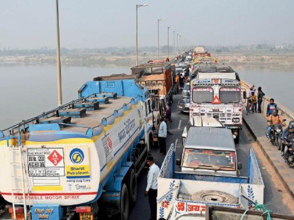 विक्रमशिला सेतु पर जाम में फंसीं गाड़ियां। माेटरसाइकिल सवार फुटपाथ से निकलते रहे। - Dainik Bhaskar