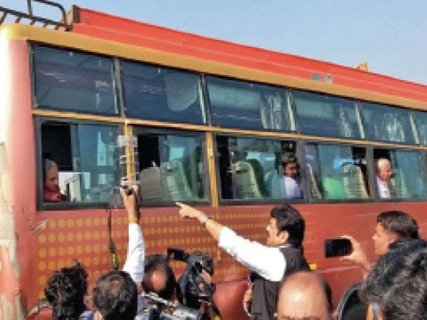 किसी बस में आग बुझाने वाली मशीन पूरी खाली मिली, एक में तो इमरजेंसी गेट रस्सी से बंधा था - Dainik Bhaskar