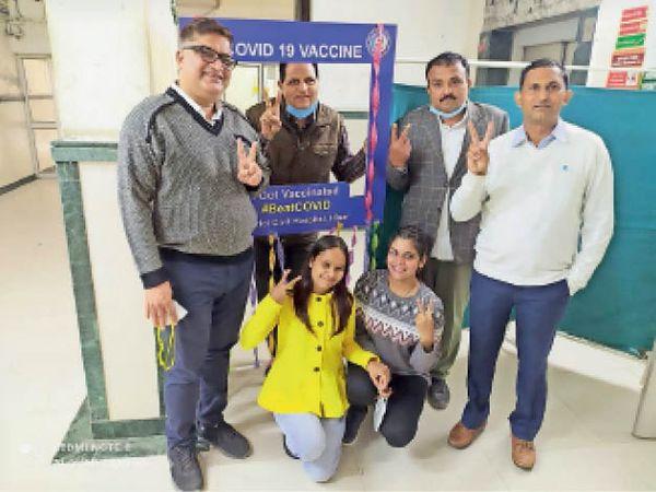 कोविड-19 वैक्सीनेशन करवाने के बाद विक्ट्री िचह्न बनाते हुए आईडीएसपी की टीम। - Dainik Bhaskar