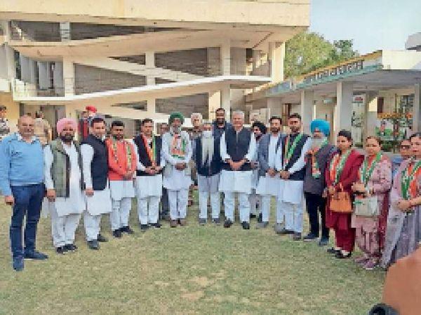 मोगा के 9 आजाद पार्षद कांग्रेस में शामिल होते हुए। - Dainik Bhaskar