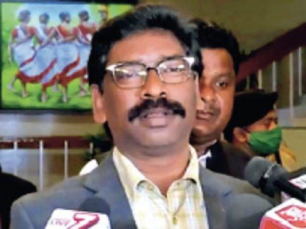 प्रोजेक्ट भवन, धुर्वा में पत्रकारों से बात करते मुख्यमंत्री। - Dainik Bhaskar