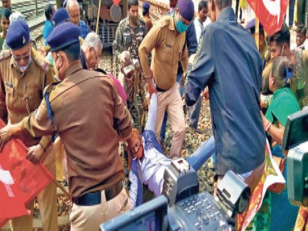 मालगाड़ी के आगे सोए लोग, ट्रैक से हटाती पुलिस एवं नारेबाजी करते लोग - Dainik Bhaskar