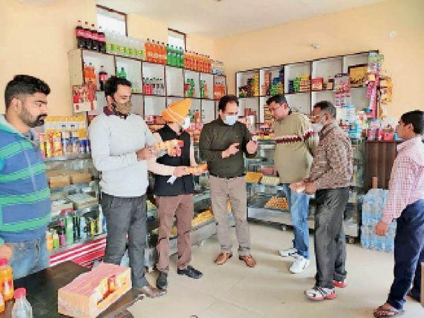 बंगा में फूड सेफ्टी टीम द्वारा खाद्य वस्तुओं की जांच करते अधिकारी। - Dainik Bhaskar