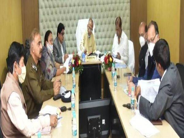 बैठक में गृहमंत्री, विधि मंत्री, नगरीय प्रशासन मंत्री और महिला एवं बाल विकास के मंत्री के साथ अफसर मौजूद थे। - Dainik Bhaskar