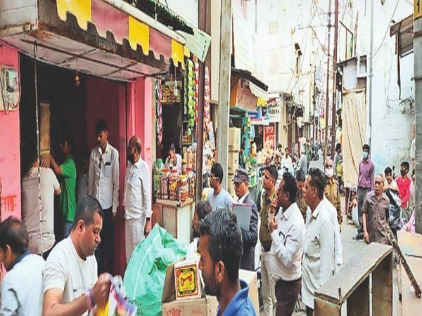 तहसील न्यायालय के आदेश पर दुकान आवेदक को सौंपी। - Dainik Bhaskar
