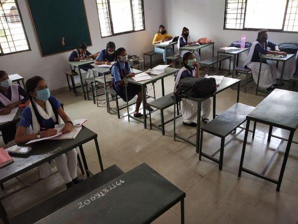 मायाराम सुरजन स्कूल में खचाखच भरे रहले वाले नवमीं के क्लास रूम में सिर्फ 9 छात्राएं। - Dainik Bhaskar