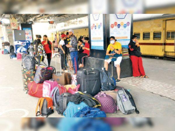 चंडीगढ़ रेलवे स्टेशन पर ट्रेन का इंतजार करते यात्री। - Dainik Bhaskar