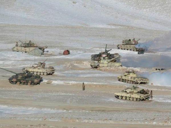 तनाव के दौरान दोनों सेनाओं ने टैंक समेत दूसरे भारी हथियार तैनात कर दिए थे। डिसएंगेजमेंट के तहत  इन्हें पीछे कर लिया गया है। - Dainik Bhaskar