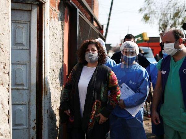 फोटो अर्जेंटीना की है। यहां स्वास्थ्य मंत्रालय की सचिव कार्ला विजोट्टी लोगों के घर-घर जाकर कोरोना के लक्षण के बारे में जानकारी हासिल कर रहीं हैं।