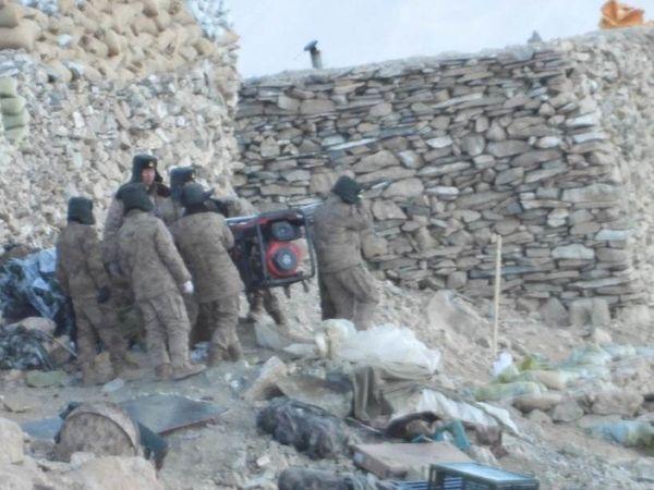 फोटो पैगॉन्ग लेक के पास फिंगर-5 की है। यहां से चीनी सेना अपना बंकर तोड़ रही है। - Dainik Bhaskar