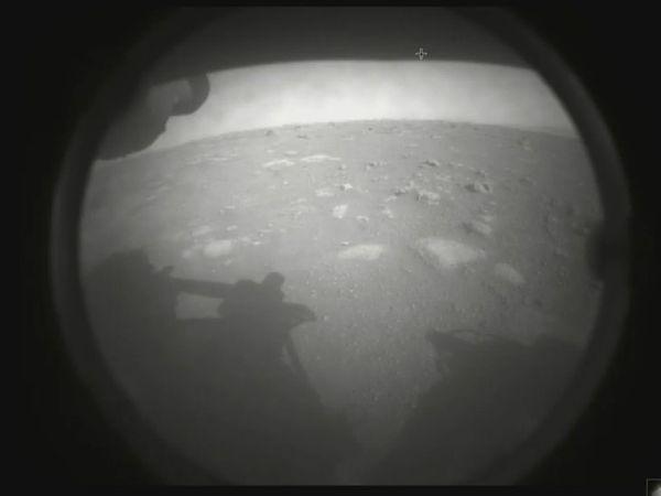 रोवर ने ये पहली फोटो नासा को भेजी है। इसमें मंगल का सतह और रोवर दोनों दिख रहा है।