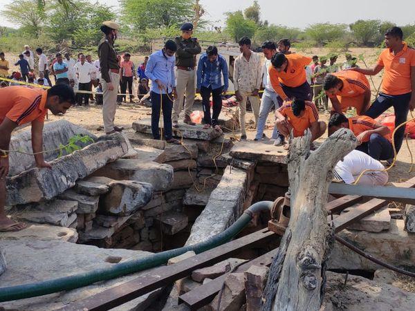 कुआं 115 फीट गहरा है, ऐसे में जोधपुर और पाली जिले से टीम शवों को निकालने पहुंची। - Dainik Bhaskar