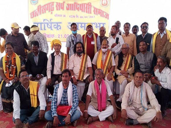 सर्व आदिवासी समाज के चुनाव में जीत का दावा करने वाले समूह ने समाज के संरक्षकों पूर्व केंद्रीय मंत्री और कांग्रेस नेता अरविंद नेताम, भाजपा के दिग्गज नंद कुमार साय के साथ ग्रुप फोटो भी लिया। - Dainik Bhaskar
