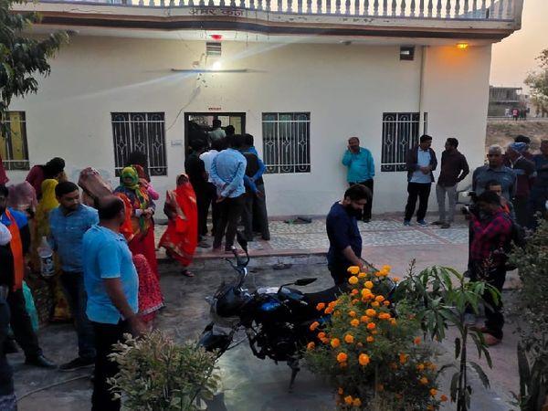बेटे की मौत के बाद से हनुमान के परिवार ने घर से बाहर निकलना बंद कर दिया था।
