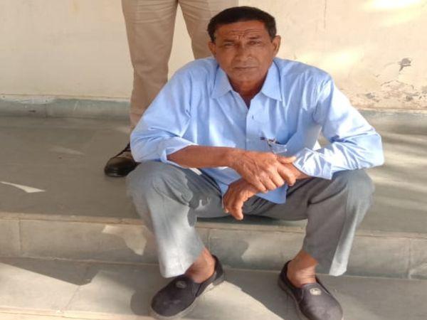 थाने में बैठा मारपीट करने वाला - Dainik Bhaskar