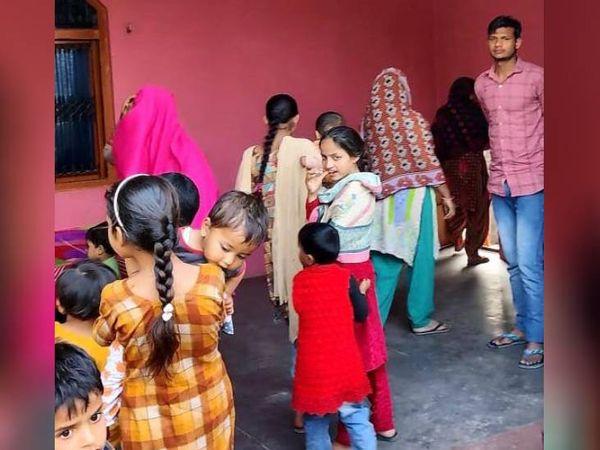 गांव में लड़कियों की शिक्षा की स्थिति बहुत खराब है। कोई लड़की नौकरी के लिए घर से बाहर नहीं निकलती। महिलाएं कैमरा देखकर मुंह फेर लेती हैं।