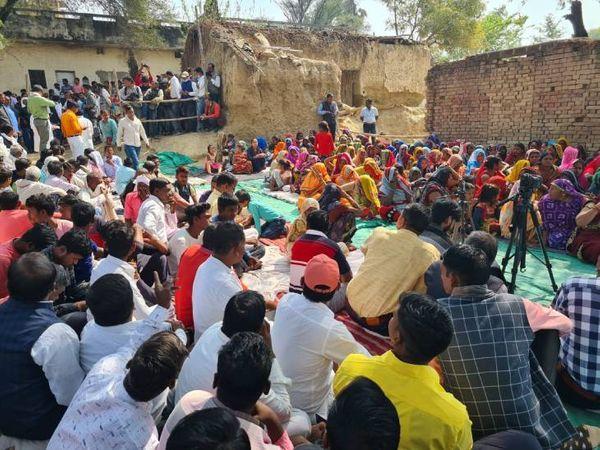 बसवार गांव में प्रियंका गांधी के कार्यक्रम के लिए जुटी भीड़। इस गांव के कुछ नाविकों की शिकायत है कि बीते दिनों उन पर पुलिस ने लाठीचार्ज किया था।