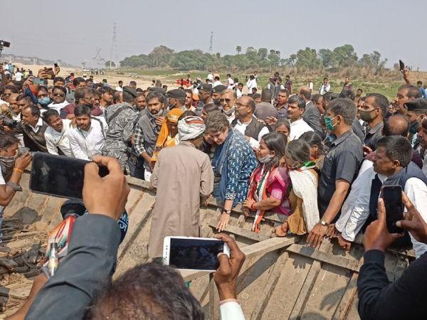 नाविकों ने प्रियंका गांधी को अपनी टूटी हुई नावें दिखाईं। उनका आरोप है कि इन नावों को पुलिस ने तोड़ा है।