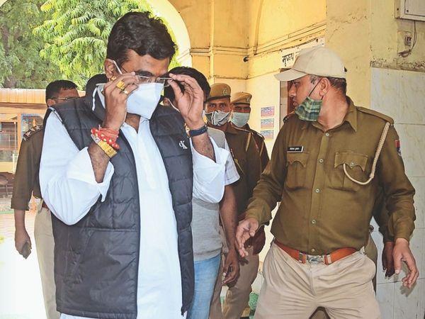 विधायक काे ले जाते हुए पुलिसकर्मी। - Dainik Bhaskar