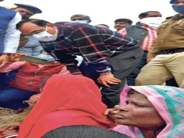 कटरा में मृतक के परिजनों से पूछताछ करते डीएम। - Dainik Bhaskar