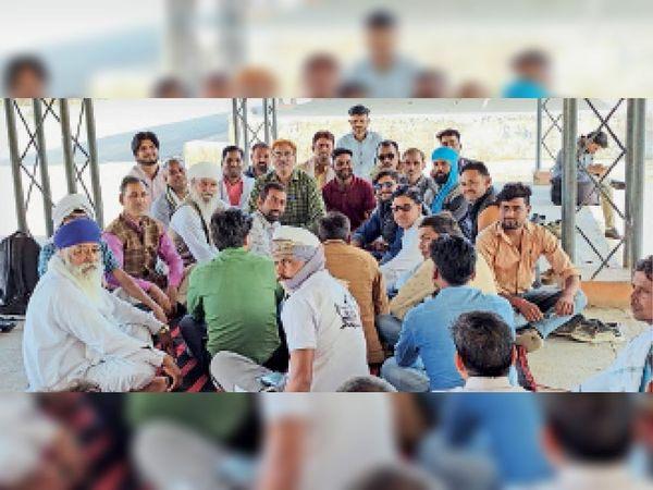 बड़ौदा कृषि मंडी में बैठक में चर्चा करते किसान संगठनों के  कार्यकर्ता। - Dainik Bhaskar