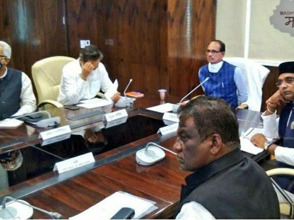 मप्र के मुख्यमंत्री शिवराज सिंह चौहान ने सोमवार को अधिकारियों के साथ कोरोना पर समीक्षा बैठक की। उन्होंने सख्ती बरतने की हिदायत दी और कहा कि लापरवाही के चलते कोरोना बढ़ सकता है। - Dainik Bhaskar