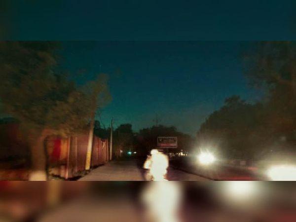 कुरुक्षेत्र | बिजली के कनेक्शन कटने से शहर की कई स्ट्रीट लाइट बंद होने से छाया रहा अंधेरा। - Dainik Bhaskar
