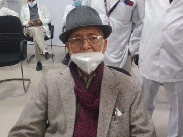 डॉ. पी.सी. डांडिया की उम्र 94 साल है। वह जयपुर के मेडिकल कॉलेज में अपनी सेवाएं दे रहे हैं। (फाइल फोटो) - Dainik Bhaskar